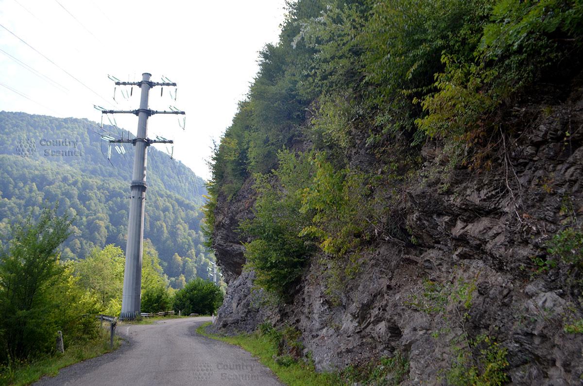 Отвесные скалы на пути к водопаду Девичьи слезы.