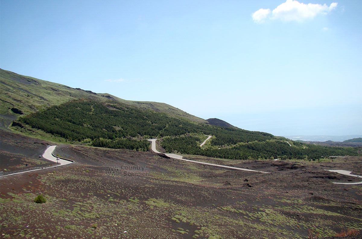 Извилистая дорога, ведущая к вулкану Этна.