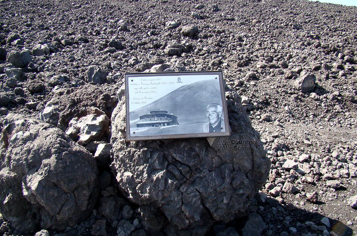 Информационная табличка на одном из валунов на склоне вулкана Этна