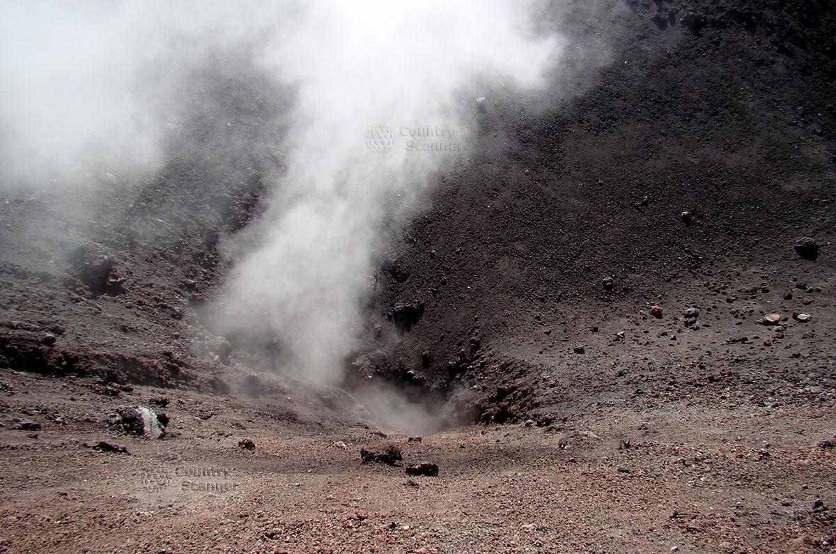 Выделение газа из расщелины вулкана Этна.