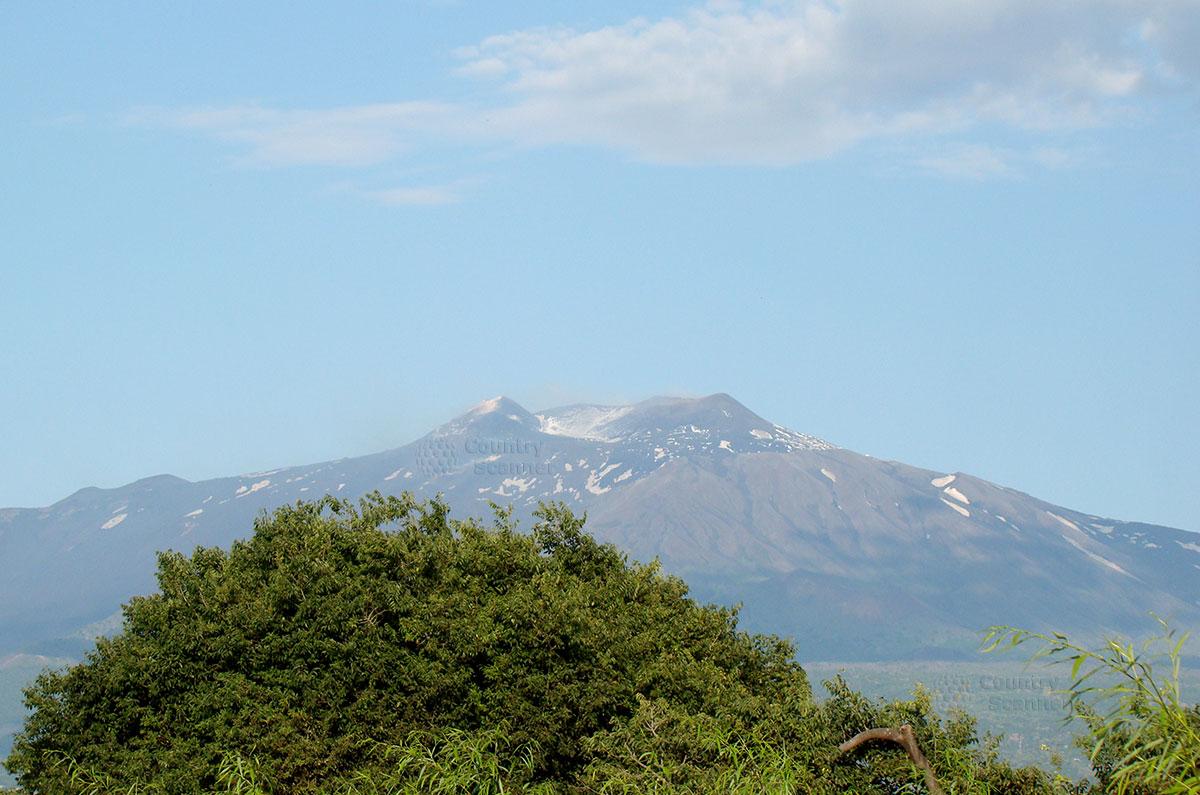 Вид на вулкан Этна из окна автомобиля.