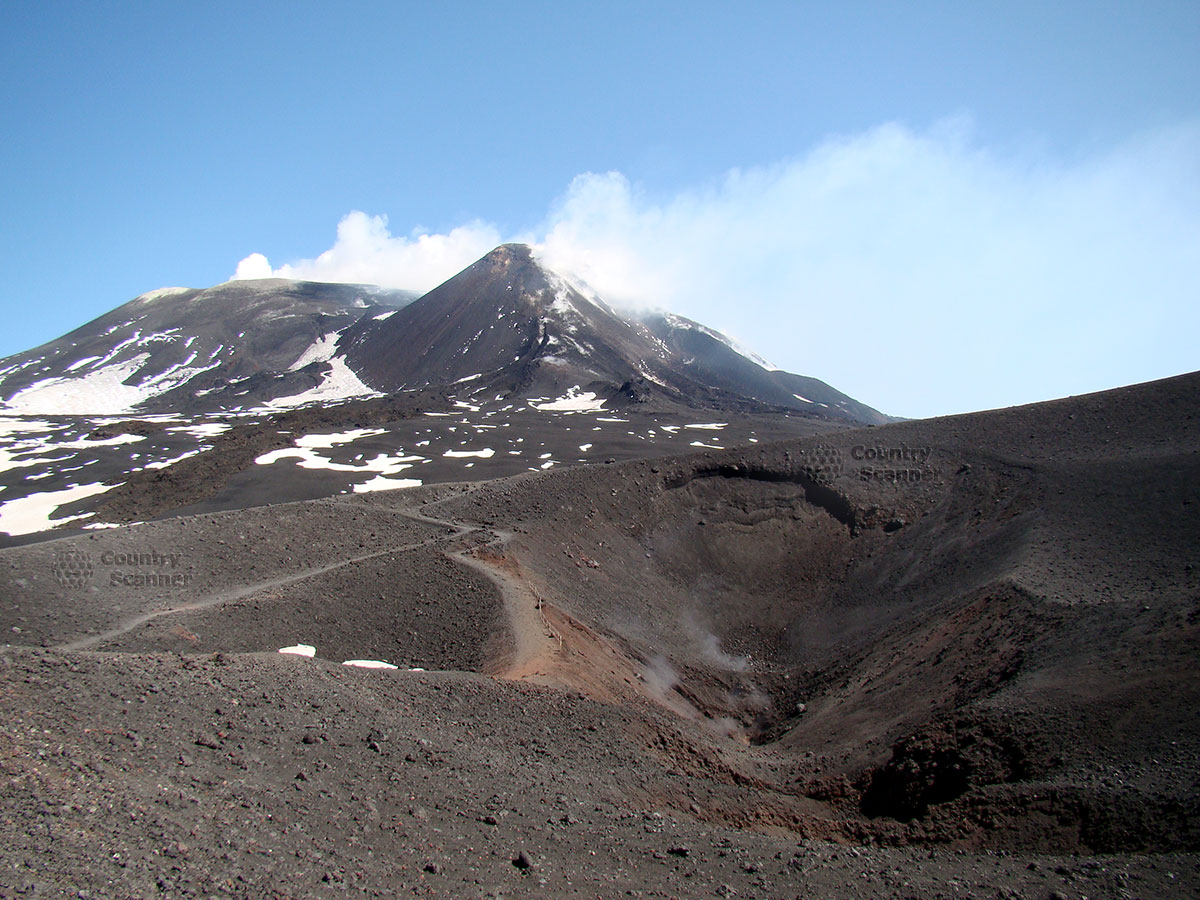 Газ, выходящий из щелей вулкана Этна и его вершина.