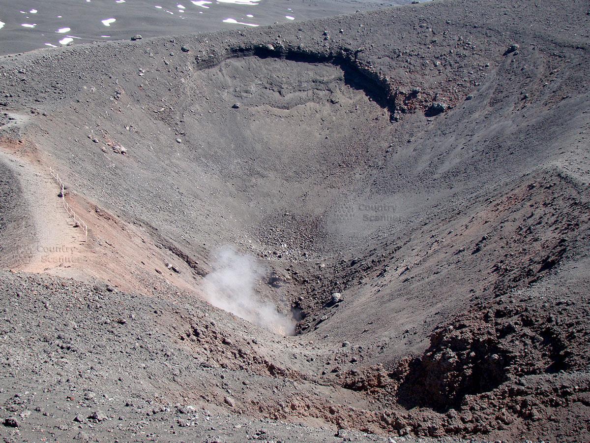 Недавно извергавшийся кратер вулкана Этна.