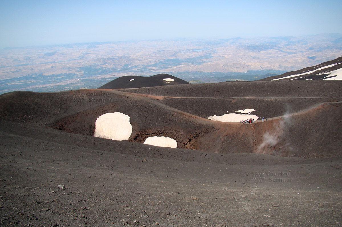 Группа туристов на пути к вершине вулкана Этна.