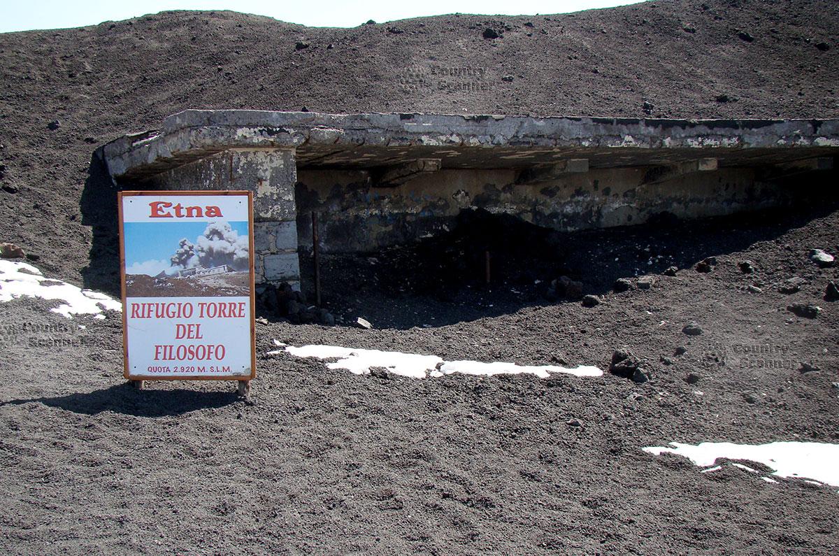 Информационная табличка на вулкане Этна с указанием высоты расположения. Тут же укрытие на случай внезапного извержения.