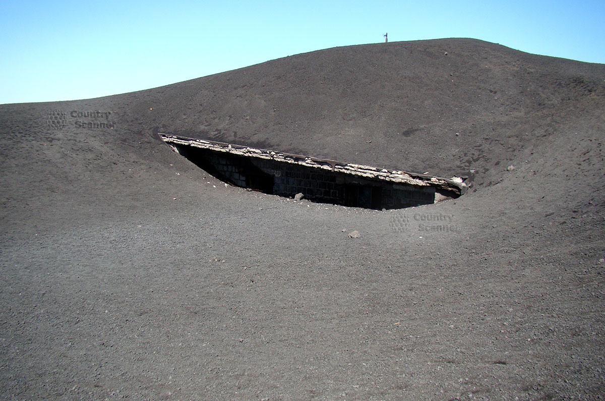 Укрытие на склоне вулкана Этна, предназначенное на случай внезапного начала вулканической активности.