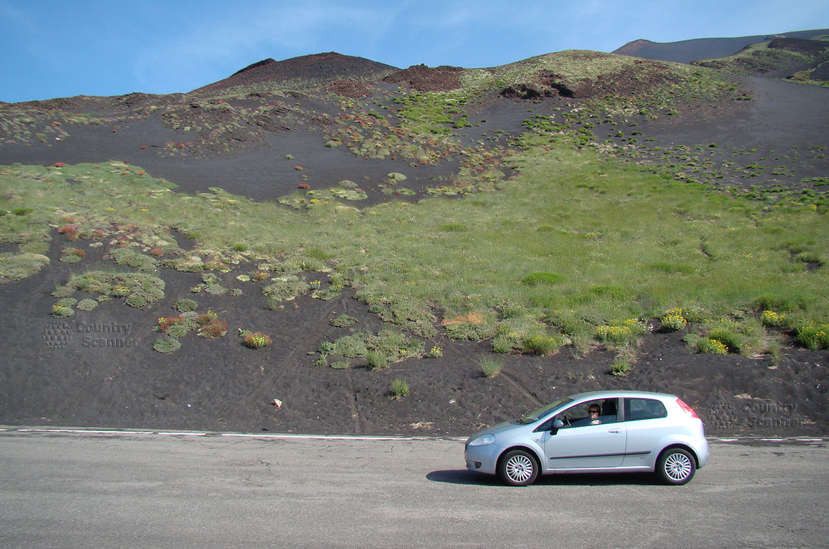 Дорога к вулкану Этна пролегает в непосредственной близости от вулканического пепла.