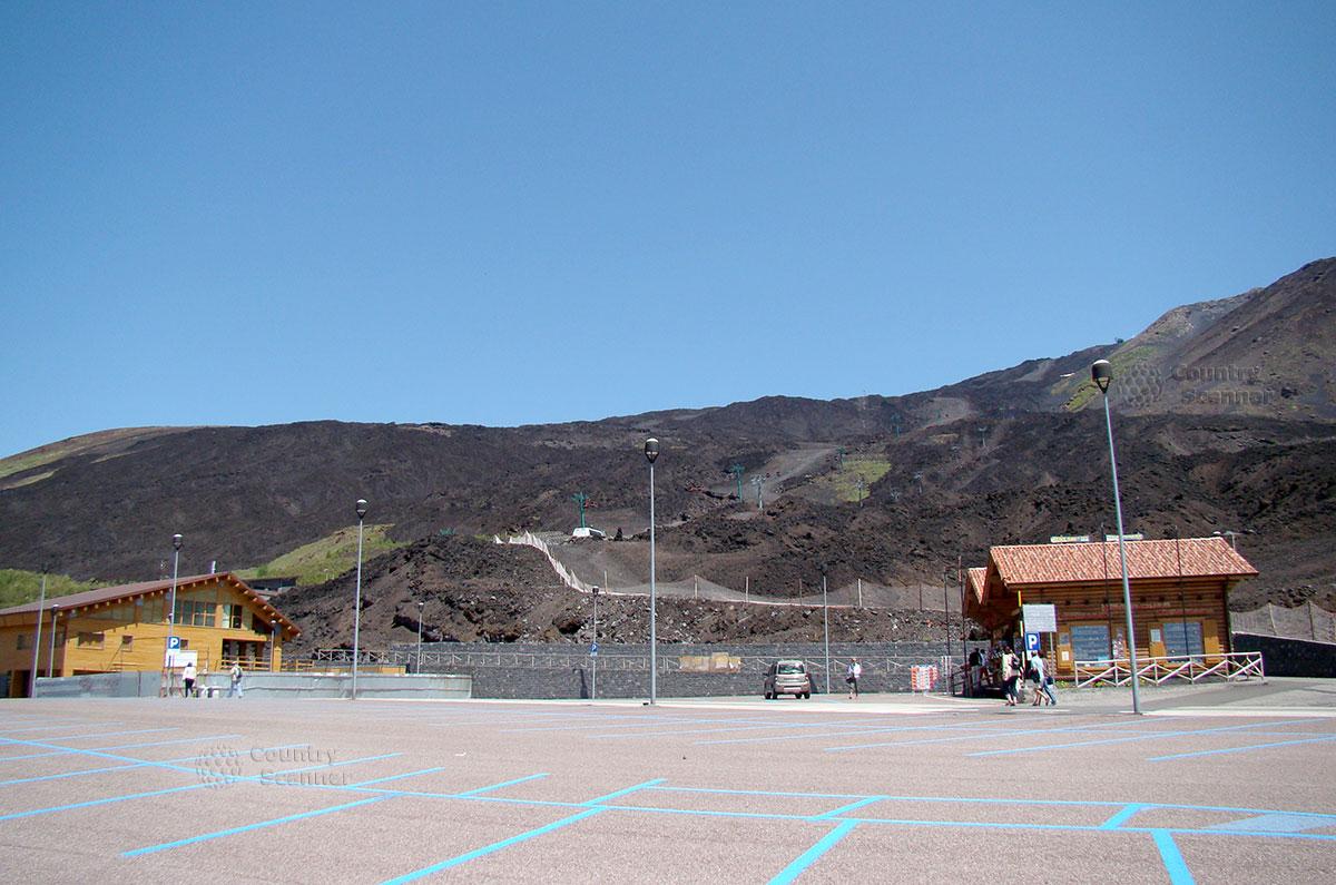 Автомобильная парковка около вулкана Этна