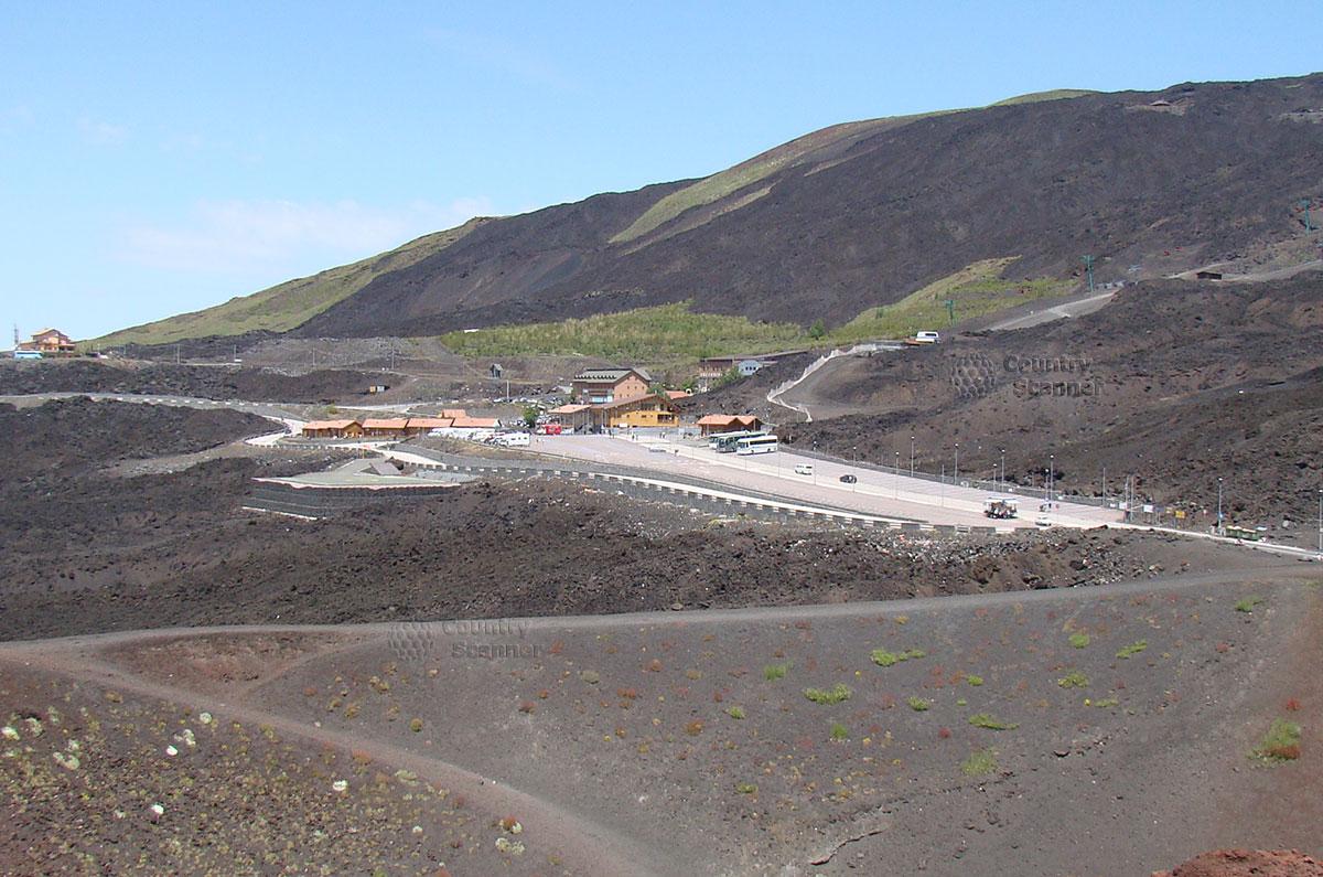 Оглядываемся на место парковки автомобиля при восхождении на вулкан Этна
