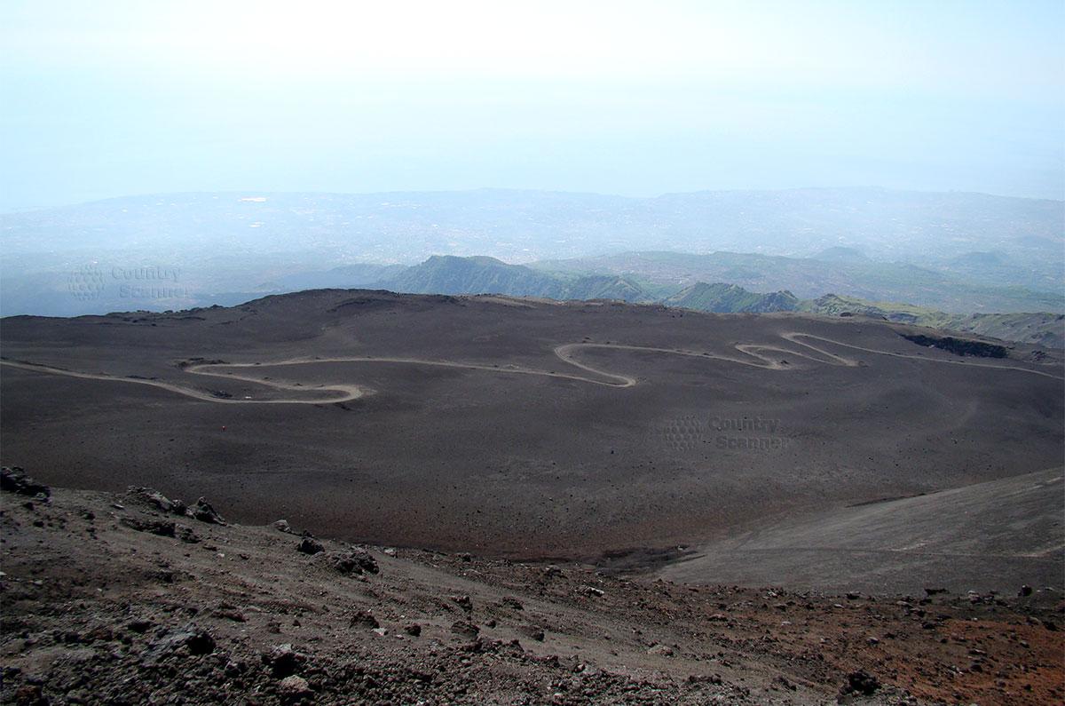 Пройдя совсем немного, открываются прекрасные виды подножия вулкана Этна