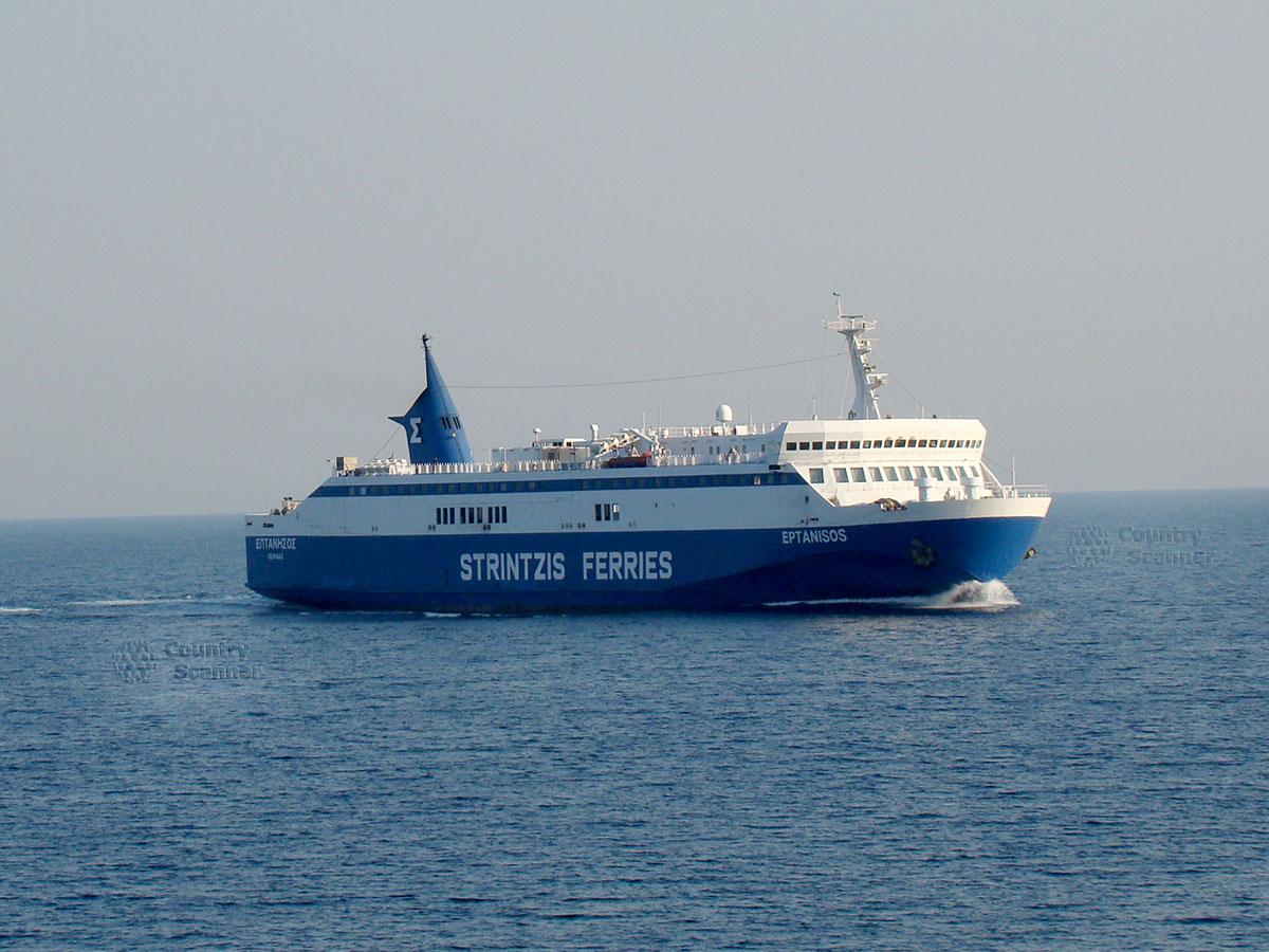 Большой бело-синий корабль около острова Закинтос